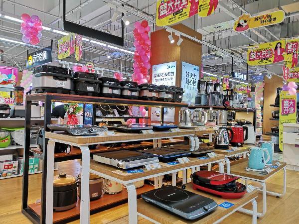 店内时尚的装修风格,华丽的出样柜,通讯,冰洗,彩电,空调,厨卫和小家电